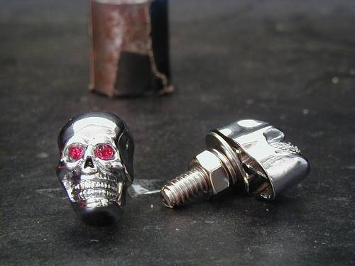 SKULL SCREWS WITH GREEN EYE, CHROME<br/>1,5 CM SIZE, PAIR
